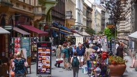 Strzelający nad głowami popularna i turystyczna ulica w Budapest, Vaci ulicie - Obraz Stock
