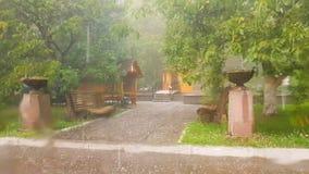 Strzelający od samochodu, krople podeszczowy spływanie zestrzelają szkło Silny deszcz z gradem w parku Slowe ruch zbiory