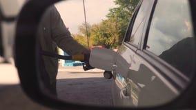 Strzelający przyczepienie pompować w białego pojazd przy benzynową stacją benzyna i nozzle zbiory wideo