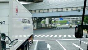 Strzelający widok wśrodku autobusu wzdłuż Japonia ulicy Narita lotnisko zbiory