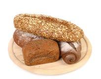 Strzelający asortowany chleb w drewnianej tacy Zdjęcia Royalty Free