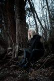 Strzelający gothic kobieta w lesie Fotografia Stock