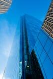 Strzelisty drapacz chmur przeciw niebieskiemu niebu Zdjęcie Stock