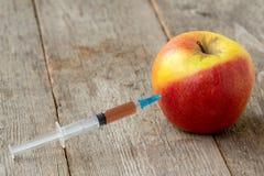 Strzykawka i jabłko zdjęcia stock