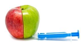 Strzykawka zastrzyk w jabłku Zdjęcia Stock