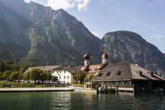 Sts Bartholomew kyrka på Koenigssee sjön nära Berchtesgaden, Arkivbilder
