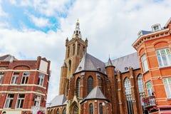 Sts Christopher domkyrka som ses från marknadsfyrkanten i Roermond, Nederländerna fotografering för bildbyråer
