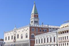 Sts Mark Campanile Campanile di San Marco och doges slott Palazzo Ducale på en bakgrund av blå himmel, Venedig, Italien arkivbilder