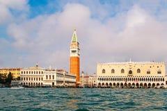 Sts Mark fyrkant San Marco, campaniledomkyrkatorn och doges slott, Venedig, Italien arkivfoto