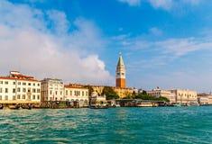 Sts Mark fyrkant San Marco, campaniledomkyrkatorn och doges slott, Venedig, Italien royaltyfria bilder