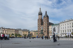 Sts Mary kyrka i historisk mitt av den Krakow staden i Polen Royaltyfri Foto