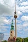 Sts Mary kyrka och TVtorn i Berlin Arkivfoton