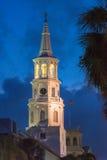 Sts Michael episkopalkyrkan på skymning, charlestonSC Arkivfoto