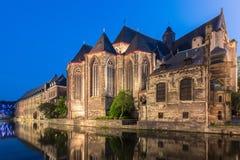 Sts Michael kyrka i Ghent på solnedgången, Belgien historisk stad royaltyfri bild