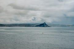 Sts Michael montering, sikt från Penzance, Cornwall, UK royaltyfri fotografi