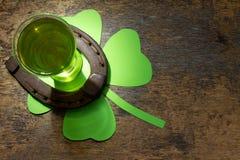 Sts Patrick bakgrund för dagabstrakt begrepp med grönt öl Arkivfoton
