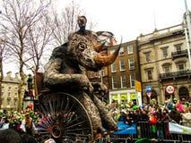 Sts Patrick dag ståtar dublin Irland Arkivfoton