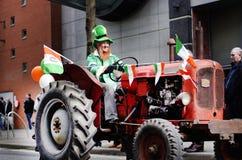 Sts Patrick dag ståtar 12/03/2012 Manchester, England man in Royaltyfria Bilder