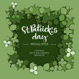 Sts Patrick logo för kalligrafi för försäljning för specialt erbjudande för dag på bakgrund för dokument med olika försl stock illustrationer