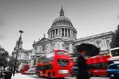 Sts Paul domkyrka i London, UK. Röda bussar royaltyfria foton