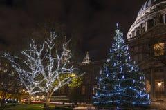Sts Paul domkyrka på jul fotografering för bildbyråer