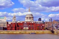 Sts Paul domkyrkakupol och milleniumbro, London, Förenade kungariket Arkivfoto