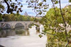 Sts Peter basilika från en bro med sikter av den Tiber floden royaltyfria bilder