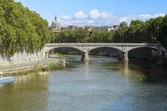 Sts Peter basilika från en bro med sikter av den Tiber floden royaltyfri bild