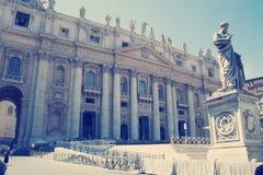 Sts Peter basilika i Vatican City Sikt för låg vinkel av Sts Peter staty Arkivbilder