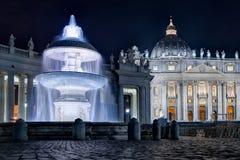 Sts Peter basilika med springbrunnen på natten Royaltyfri Fotografi