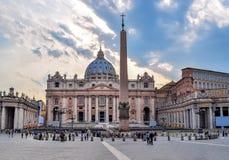 Sts Peter basilika på Sts Peter fyrkant i Vaticanen på solnedgången, mitt av Rome, Italien royaltyfri foto