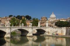 Sts Peter basilika som sett från den Tiber floden i Rome Royaltyfri Bild