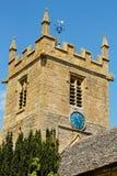 Sts Peter framsida för klocka för blått för kyrkliga torn - Stanway Cotswolds Royaltyfri Foto