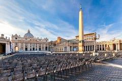 Sts Peter fyrkant på Vaticanen på solnedgången Royaltyfria Bilder