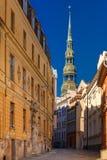 Sts Peter kyrka i den gamla staden av Riga, Lettland Arkivfoton