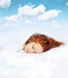Sött barn som sover i säng Arkivbilder