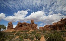 Ståta av elefanter och dubblera bågen, bågar nationalparken, Moab Utah Royaltyfri Bild