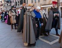 Ståta av medeltida dräkter Arkivfoton