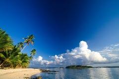 sätta på land det tropiska paradiset Royaltyfria Foton