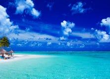 sätta på land lagunen över gömma i handflatan vita sandiga trees Royaltyfri Foto