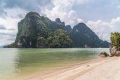 Sätta på land på den James Bond ön, det Andaman havet, Thailand Arkivfoton