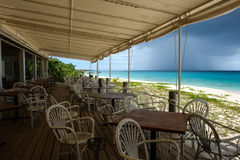 Sätta på land restaurangen under låg säsong med det övergående regnmolnet, Anguilla, brittiska västra Indies, BWI som är karibisk Arkivbild