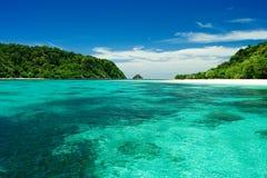Sätta på land, sandpappra, havet i paradisön. Royaltyfria Bilder