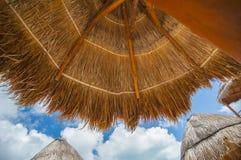Sätta på land skyddet i solen på en strand Royaltyfri Bild
