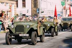 Ståta sovjetiska militära bilar WW2 Tid, enhetliga folksoldater Royaltyfria Bilder