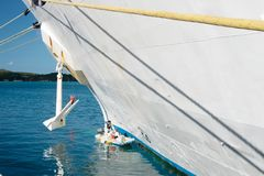 StThomas, βρετανικό παρθένο νησί - 13 Ιανουαρίου 2016: πλευρά και άγκυρα σκαφών στην μπλε θάλασσα την ηλιόλουστη ημέρα Μεταφορά κ Στοκ Φωτογραφία
