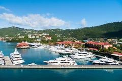 StThomas, Brits maagdelijk eiland - 13 Januari, 2016: zeehaven en stad op zonnige blauwe hemel De jachten legden op zee pijler op stock foto's