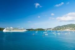 StThomas, ilha virgem britânica - 13 de janeiro de 2016: navio de cruzeiros e iate no beira-mar Forro de oceano no mar azul no cé Foto de Stock Royalty Free