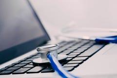 Stéthoscope sur l'ordinateur portable - réparation d'ordinateur et concept d'entretien Images libres de droits