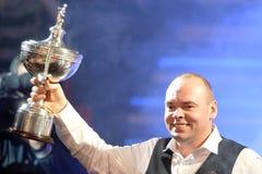 Stuart Bingham de Inglaterra que sostiene el trofeo del campeón del mundo Imágenes de archivo libres de regalías